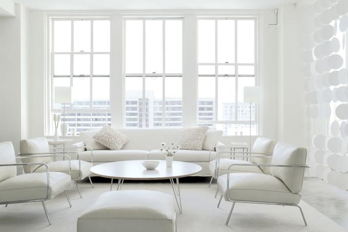 Sử dụng quá nhiều màu trắng khiến cả chủ nhà lẫn khách căng thẳng. Ảnh: Chairish.