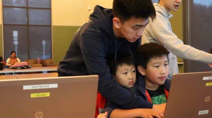 Gần 90% số phụ huynh tham gia khảo sát, thừa nhận họ đang giúp đỡ con quá mức. Ảnh minh họa: AFP.