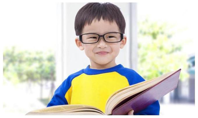 Cha mẹ nên rèn luyện cho trẻ thói quen đi ngủ đúng giờ và tạo điều kiện cho trẻ được ngủ đủ giấc để học bài mau thuộc hơn. Ảnh: kknews.