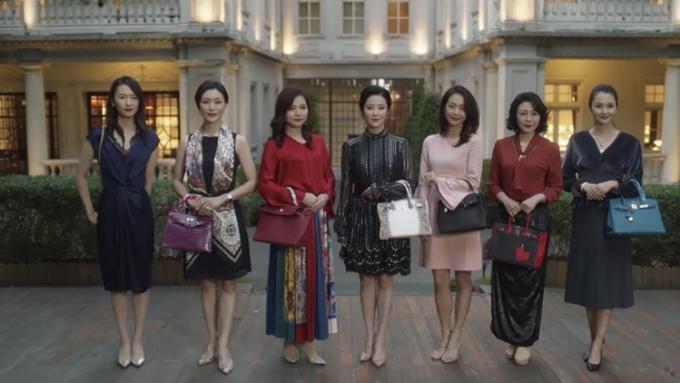 Nhân vật Cố Giai trong phim 30 chưa phải là hết xấu hổ giấu chiếc túi Chanel ra sau khi chụp ảnh chung với những quý bà giàu có. Ảnh: sina.