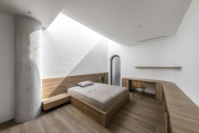 Phòng ngủ với thông tầng ngay trên đầu giường.