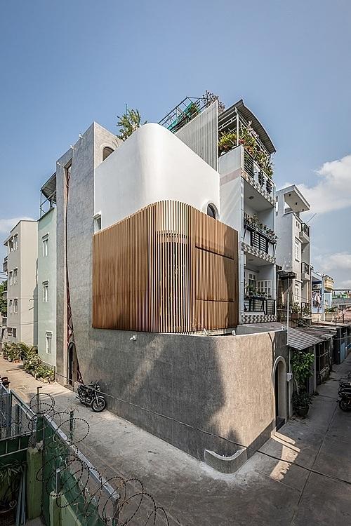 Mặt tiền công trình gây ấn tượng với hình khối và tấm kính trải dọc các tầng.