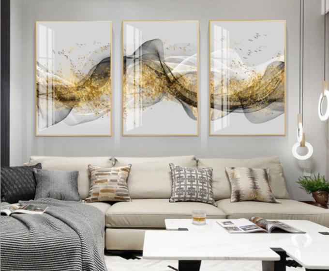 Tranh treo tường GD42 của nội thất IGEA có họa tiết giống như những dãy núi mờ ảo với các màu trắng, đen, xám, vàng. Chất liệu tráng gương tạo hình ảnh sắc nét, chống trày xước. Bộ sản phẩm đầy đủ gồm 3 tranh, mỗi tranh kích thước 40 x 60 cm, hoặc 50 x 70 cm hay 60 x 80 cm. Cả ba kích thước đều đang được bán đồng giá 336.000 đồng nhờ được ưu đãi 25%.