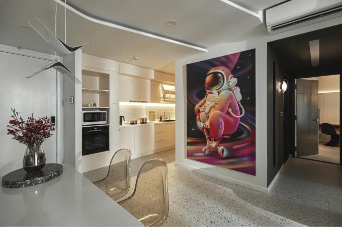 Bức tranh đặt riêng treo giữa bếp và hành lang vào phòng ngủ là món đồ đặc biệt nhất với chủ nhà.