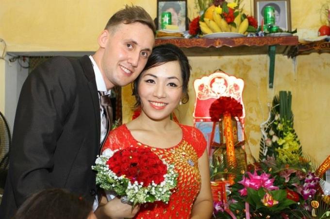 Sau khi nhận giấy đăng ký kết hôn, Johaness Ott về Đức, vợ anh ở lại Việt Nam. Hai vợ chồng cùng đi làm kiếm tiền lo cho đám cưới tổ chức tại quê hương cô dâu. Ảnh: Nhân vật cung cấp.