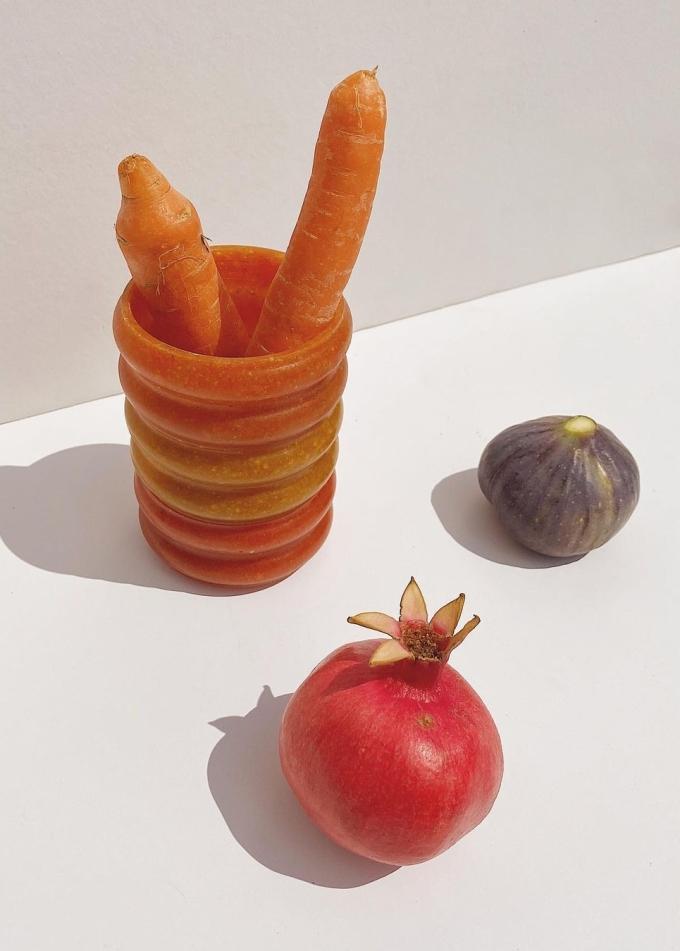 Một chiếc cốc làm từ cà rốt và vỏ chanh. Ảnh: Ottan.