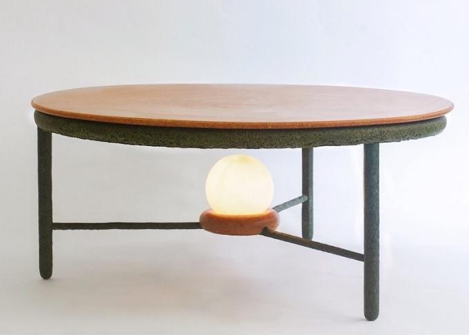 Chiếc bàn trà được đặt tên là Tái sinh với mặt dưới và chân làm bằng cỏ. Mặt trên bàn làm từ hỗn hợp vỏ cam, cà chua, củ cải, đậu lăng hết hạn. Ảnh: Ottan.