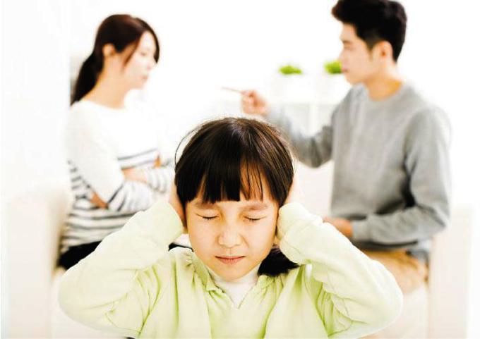 Có những lúc bố mẹ có thể bỏ qua vài câu cãi vã vụn vặt nhưng trái tim trẻ vẫn luôn căng thẳng. Ảnh: sina.