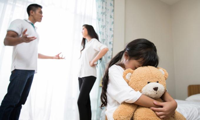 Thế giới trẻ em có an toàn hay không phụ thuộc vào mối quan hệ của cha mẹ có ổn định, tổ ấm có hòa thuận hay không. Ảnh: sina.