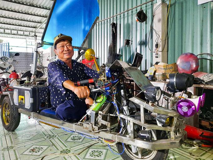 Với chiếc xe tự chế này, ông Thành đã tự chạy xe gần 50km từ nhà đến huyện Bình Chánh, TP HCM. Ảnh: Diệp Phan.