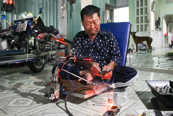 Ông Thành tự học hàn, gia công những vật dụng đơn giản cho người dân địa phương. Khoảng chục năm nay, ông bắt đầu chế tạo xe lăn, dụng cụ chặt dừa... bán ra thị trường. Ảnh: Diệp Phan.