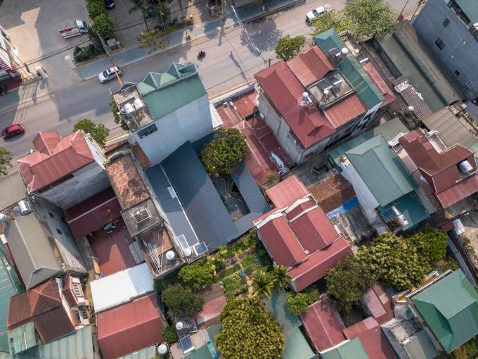 Nhìn từ trên cao, ngôi nhà không bề thế bằng các nhà xung quanh nhưng khác biệt nhờ mái chữ V màu xám.