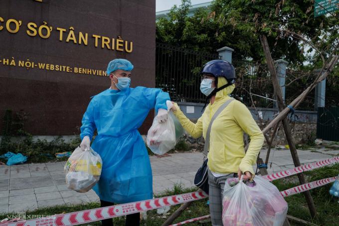 Bệnh viện K Tân Triều đang cách ly 1.483 bệnh viên và ngần ấy người nhà, cùng vài trăm y bác sĩ. Họ sẽ gặp rất nhiều khó khăn trong các ngày tới do lượng người đông. Ảnh: Ngọc Thành.