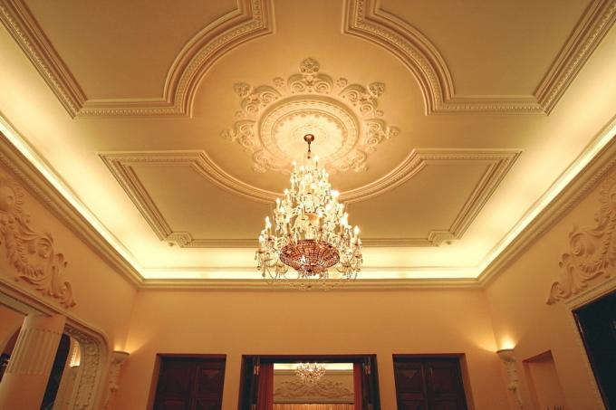 Đèn chùm kiểu cổ điển thường được treo ở những không gian lớn và trang trọng. Ảnh: Hà Thành.