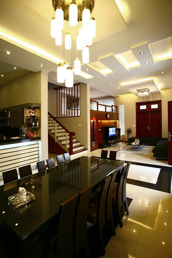 Trong nhà ở, đèn chùm nên được treo ở những không gian sinh hoạt tập trung như phòng khách, phòng ăn. Ảnh: Hà Thành.