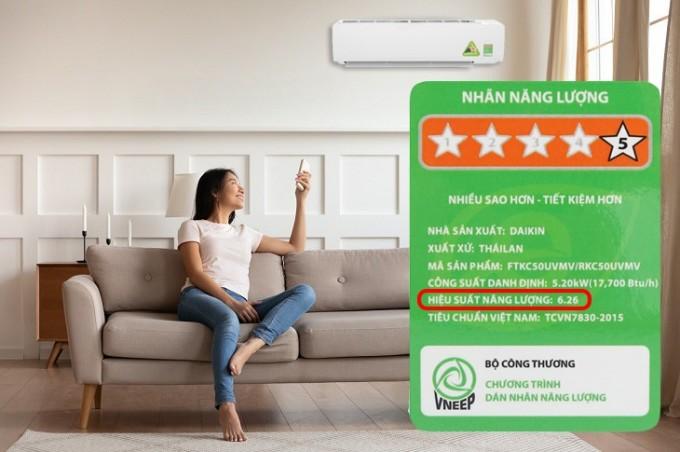 Chỉ số hiệu suất năng lượng được dán trực tiếp trên nhãn dán năng lượng của máy, thuận tiện cho người dùng tra cứu thông tin.