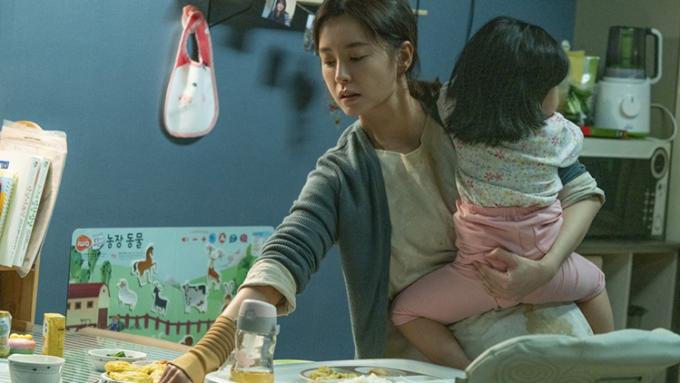Kim ji young gặp rất nhiều khủng hoảng sau khi có con. Ảnh: