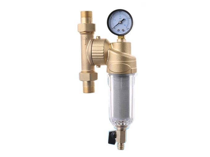 Bộ lọc nước đầu nguồn Karofi K4A101 công suất 4 m3 mỗi giờ, phù hợp để lọc nước giếng khoan, nước máy, nước mưa. Bộ lọc không sử dụng điện, không có nước thải. lõi lọc bằng inox 304 với thiết kế các mắt lưới nhỏ dưới 60 micromet lọc các chất rắn lơ lững, sạn, cát sỏi... Sản phẩm dễ lắp đặt, nhờ khớp xoay 360 độ tương thich với mọi đường ống, có thể lắp đặt tại đầu van tổng chia nước, đầu đường ống dẫn về bồn chứa. Đồng hồ đo áp lực nước đính kèm bộ lọc cho biết tình trạng hoạt động của thiết bị đã tới lúc cần vệ sinh hay chưa. Van xả cặn bằng đồng, núm xoay nhựa phía dưới cùng của thiết bị giúp người dùng dễ dàng xả rửa mọi thời điểm. Sản phẩm kích thươc cao 16,5 cm, ngang 11,5 cm bảo hành 24 tháng. Giá gốc 1,45 triệu đồng, ưu đãi 20% còn 1,35 triệu đồng