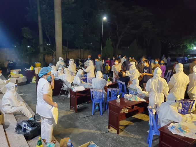 Nhân viên y tế từ khắp nơi được huy động về Mão Điền lấy mẫu xét nghiệm toàn dân trong đêm 7/5. Ảnh: Lê Thị Nhung.