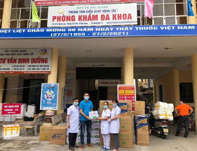 Đại diện Quỹ Hy vọng trao quà cho Trung tâm kiểm soát bệnh tật Bắc Giang. Ảnh: Xuân Tú.