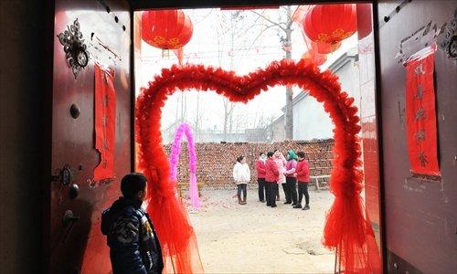 Các thành viên trong gia đình chờ bắt đầu lễ cưới tại một ngôi làng ở Châu Bình, Tân Châu, Sơn Đông, Ảnh: Globaltimes.