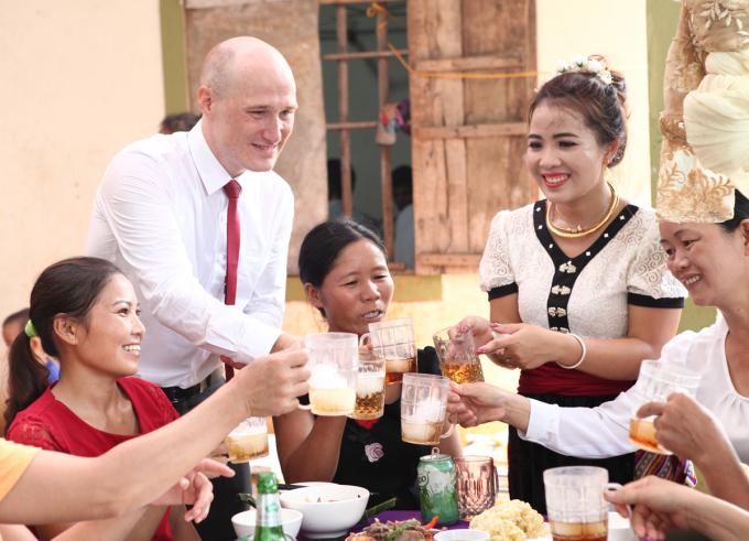 Julien và Phương trong đám cưới ở quê Nghệ An tháng 8/2019. Trước đó, họ cũng tổ chức một đám cưới ở Đà Lạt. Ảnh: Nhân vật cung cấp.