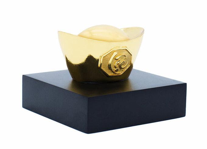 Thỏi vàng may mắn chữ lộc – TVCL - Vàng - Size 11 giảm 800.000đ(- 20 %)Chất liệu :    Mạ vàng 24KKích thước :    3 x 4 cmKích thước: 3 x 4 cm– Chất liệu đúc: Đồng vàng nguyên khối– Chất liệu bề mặt: Phủ vàngchế tác hoàn toàn thủ công với kích thước và trọng lượng tiêu chuẩn, bề mặt phía trước thỏi vàng được điêu khắc chữ Lộc thảo theo lối thư pháp nghệ thuật, mang hàm ý không chỉ cầu chúc tiền bạc phú quý đến nhà mà còn là vật chiêu tài đón lộc mang lại sự may mắn thịnh vượng cho gia chủ.Thỏi vàng chữ lộc được chế tác hoàn toàn thủ công bởi Golden Gift Việt Nam. Đây là quà tặng cao cấp dùng làm quà Tết 2018 thay cho tiền lì xì, hoặc trong ngày vía thần tài 10 tháng 1 Âm lịch năm nay. Thỏi vàng có thể bài trí trên xe ô tô, bàn làm việc.Được chế tác hoàn toàn thủ công bởi thương hiệu Golden Gift Việt Nam. Thỏi vàng chữ Lộc là món quà sang trọng ý nghĩa bạn có thể dùng làm quà tết hay thay tiền lì xì hoặc làm vật trưng bày mang lại may mắn cho gia chủ.