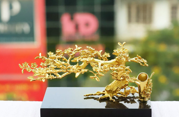 Cành hoa mai bon sai mạ vàng 3 in 1 - Vàng - Size 16 giảm 5.525.000đ(- 15 %)Chất liệu :    Mạ vàng 24KKích thước :    9 x 15 x 10 (cao x dài x rộng)ra mắt cành mai vàng cao cấp được thiết kế cách điệu với tính năng 3 trong 1, bao gồm giá cắm bút, giá đỡ name card, mai vàng trang trí. Đây là mẫu quà phù hợp để bài trí trên bàn làm việc, phòng khách. Từng đường cong, phiến lá, cánh hoa đều được phục dựng một cách tỉ mỉ đến những chi tiết nhỏ nhất.  Ngoài dùng làm vật trang trí nhằm tăng sự sang trọng cho ngôi nhà canh hoa mai 3 in 1 còn có thể dùng làm giá cắm bút hay khay đựng danh thiếp một cách tinh tết qua những thiết kế được cài cắm khéo léo bên trong. Kích thước: 9 x 15 x 10 (cao x dài x rộng)– Chất liệu đúc: Đồng vàng nguyên khối– Chất liệu bề mặt: Phủ vàng