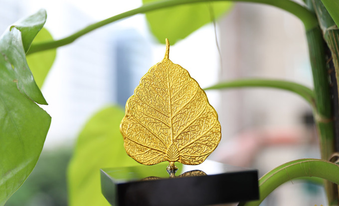 Lá Bồ Đề phong thủy mạ vàng 24K - Quà tặng bình an, may mắn - Vàng 1.700.000đ(- 15 %)Kích thước :    7,8×5,8 cmKích thước Dài- rộng (cm): 7,8×5,8 cm– Chất liệu: Đồng nguyên khối– Chất liệu bề mặt: Phủ vàng ròng Bảo Hành : 12 thángLá Bồ Đề mạ vàng là quà tặng do Golden Gift Việt Nam chế tác mang sự tinh tế trong từng đường nét, sự quý giá và ý nghĩa bởi chất liệu phủ vàng 24K. Đây là quà tặng phù hợp cho bạn bè, người thân, hay những người xuất gia, hướng Phật.Lá Bồ Đề mạ vàng là quà tặng do Golden Gift Việt Nam chế tác mang sự tinh tế trong từng đường nét, sự quý giá và ý nghĩa bởi chất liệu phủ vàng 24K. Đây là quà tặng phù hợp cho bạn bè, người thân, hay những người xuất gia, hướng Phật.Ý nghĩa quà tặng Lá Bồ Đề mạ vàngTheo các điển tích về Phật giáo, cây Bồ đề đóng một vai trò quan trọng trong cuộc đời của Đức Phật. Đức Phật đã ngồi thiền định dưới gốc cây bồ-đề và từng bước giác ngộ được các giáo lý của Phật giáo.