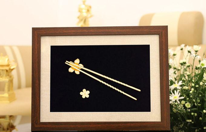 Tranh đôi đũa mạ vàng 24K gắn hoa mai - Vàng - Khác 1.700.000đ(- 32 %)Kích thước :    30 x 40 cm (chiều cao x chiều dài x chiều rộng)Chất liệu :    Mạ vàng 24KTranh đôi đũa mạ vàng gắn giá đỡ hoa Mai là quà tặng cao cấp để tặng sếp, người thân, đối tác trong dip lễ tết, tân gia, năm mới, mừng thọ, mừng cưới.Tranh đôi đũa mạ vàng gắn giá đỡ hoa Mai là quà tặng cao cấp để tặng sếp, người thân, đối tác trong dip lễ tết, tân gia, năm mới, mừng thọ, mừng cưới.Ý nghĩa đũa trong đời sống người ViệtĐôi đũa là vật dụng không thể thiếu trên mâm cơm của người Việt. Vượt trên ý nghĩa là đồ vật thông thường, gắn liền với đôi đũa còn là những nét văn hóa thú vị mà nếu không để ý, chúng ta có thể khó lòng nhận ra...Đôi đũa trong văn hóa Châu Á đại diện cho hình ảnh gia đình gắn kết, sum vầy bên mâm cơm. Mỗi đôi đũa là lời chúc cho một tương lai ấm no, tốt đẹp sau mỗi bữa ăn.Kích thước: 30 x 40 cm– Chất liệu đúc: Đồng vàng nguyên khối– Chất liệu bề mặt: Phủ vàng