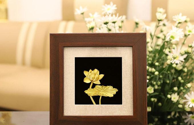 Tranh hoa sen mạ vàng 24K để bàn - THSDB - Vàng - Khác 2.125.000đ(- 29 %)Kích thước :     20 x 20 cmKích thước: 20 x 20 cm– Chất liệu đúc: Đồng vàng nguyên khối– Chất liệu bề mặt: Phủ vàngTranh hoa sen Việt Nam mạ vàng được chế tác thủ công mang vẻ đẹp thanh khiết quý phái. Đây là mẫu quà tặng độc đáo sang trọng để tặng đối tác kinh doanh, sếp nữ, hay quan khách nước ngoài khi đến thăm Việt Nam.Tranh hoa sen Việt Nam mạ vàng được chế tác thủ công bởi Golden Gift Việt Nam. Bức tranh mang vẻ đẹp thanh khiết quý phái của Quốc hoa. Đây là mẫu quà tặng độc đáo sang trọng để tặng đối tác kinh doanh, sếp nữ, hay quan khách nước ngoài khi đến thăm Việt Nam.