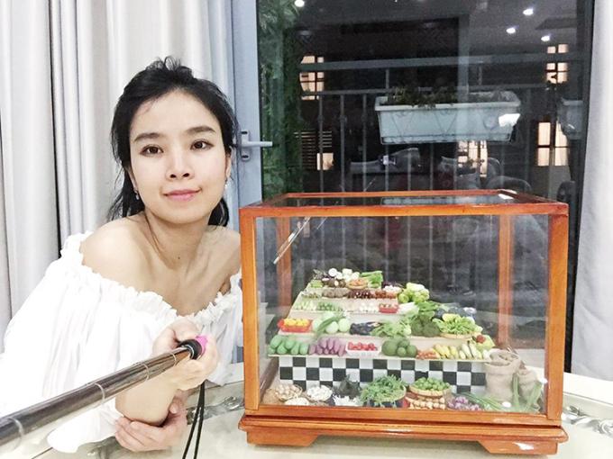 Nguyễn Như Quỳnh bên mô hình đồ ăn hoàn toàn từ đất sét của mình.