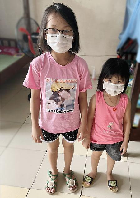 Hai con gái chị Dung đang cách ly tập trung tại trường ĐH Kỹ thuật - Hậu cần Công an nhân dân (Thuận Thành, Bắc Ninh). Ảnh: Nhân vật cung cấp.