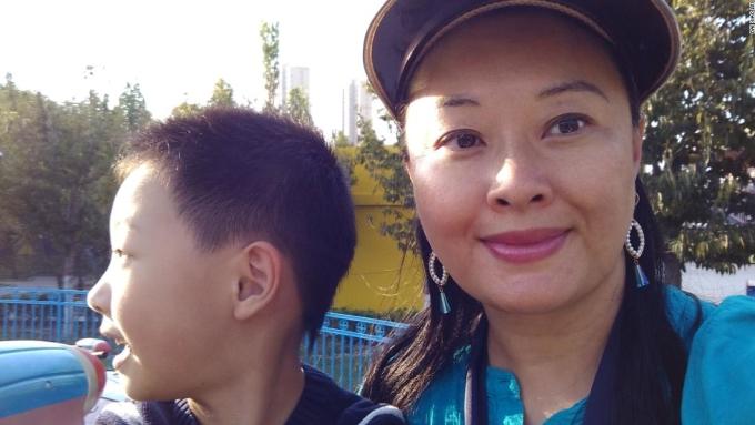 Dai và con trai ở Bắc Kinh. Ảnh: CNN.