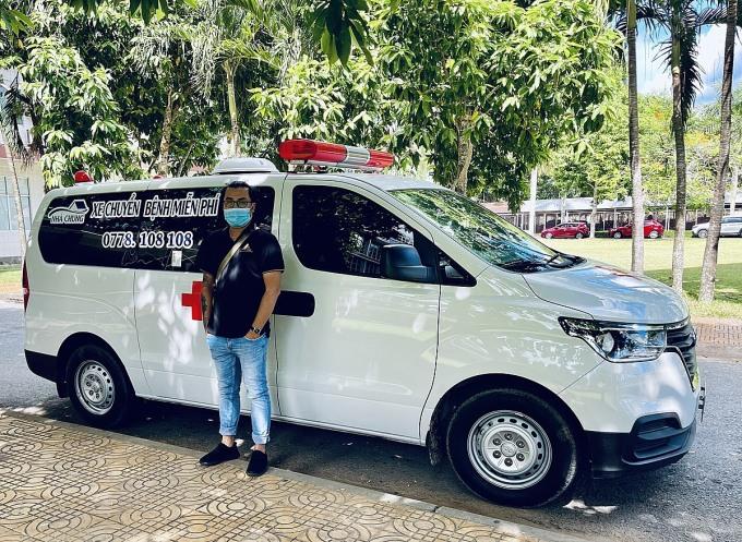 Đức Thắng cạnh chiếc xe cắp cứu chuyên dụng vừa mua tháng trước. Không chỉ nhận đưa đón miễn phí bệnh nhân nghèo ở Cần Thơ nhóm của anh đã chở bệnh nhân ở các tỉnh lân cận như Vĩnh Long, Đồng Tháp... Ảnh: Nhân vật cung cấp.