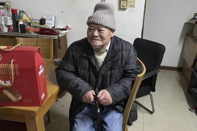 Ma Lin cố gắng trao tài sản của mình cho một chủ quầy trái cây, người giám hộ trên thực tế của ông. Ảnh: Handout.