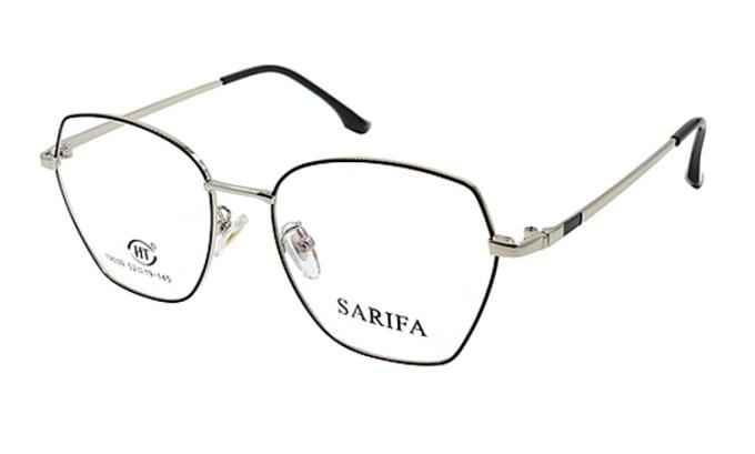 Gọng kính Sarifa 19039 DB (52-19-145) làm từ chất liệu plastic và hợp kim Titanium. Dáng mắt phá cách, thiết kế nhiều góc cạnh nhưng được bo tròn, có sự pha trộn giữa hình tròn và lục giác. Sản phẩm có các màu bạc, vàng, đen.