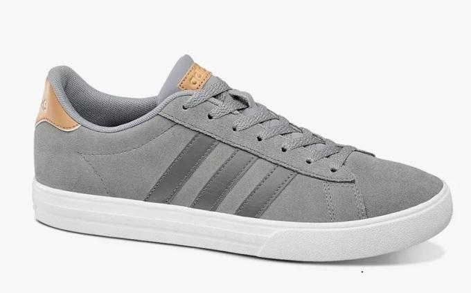 Giày thể thao Adidas Daily 2.0 B44710 với tông trắng - xám trang nhã, phần gót và logo bằng da màu nâu nhạt tạo điểm nhấn, dễ phối với nhiều kiểu trang phục, màu sắc... Thân giày làm bằng da lộn, không nhăn với đế cao su có rãnh chống trượt. Sản phẩm có giá 1,19 triệu đồng, giảm 28% so với giá gốc.