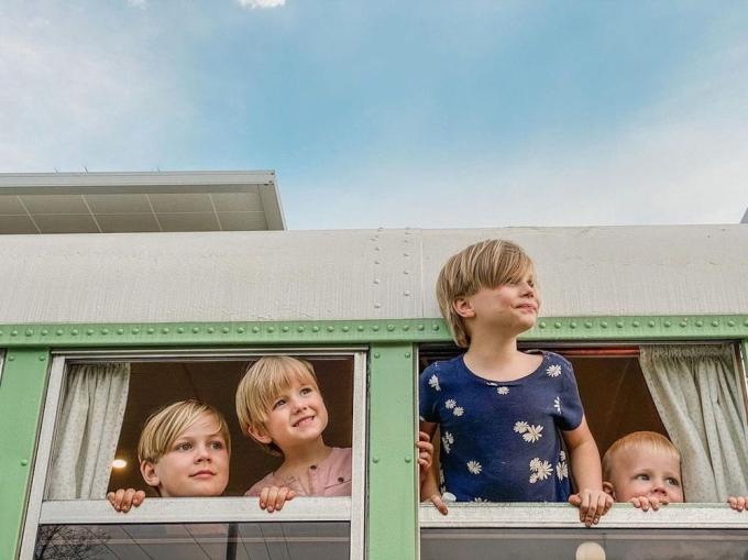 Những đứa trẻ của gia đình háo hức với cuộc sống trên xe. Họ khám phá được rất nhiều nơi ở mỗi điểm dừng chân. Ảnh: Jeff Batterton.