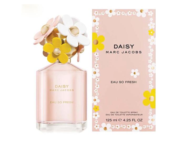Nước hoa nữ Marc Jacobs Daisy Fresh 11 nồng độ EDT gây ấn tượng từ ban đầu nhờ đựng chai thủy tinh với nắp màu vàng được điểm xuyến bởi sáu bông hoa cúc mang ba sắc màu hồng, vàng và trắng, Mùi hương hoa cỏ và trái cây phù hợp với các thời tiết mát mẻ của mùa xuân hoặc ấm áp của mùa hè. Hương đầu là sự kết hợp của quả bưởi, hương lục, quả mâm xôi, quả lê. Hương giữa gồm hoa nhài, hoa hồng, hoa tím, quả vải, hoa táo. Hương cuối là xạ hương, gỗ tuyết tùng virginia, quả mận. Lọ thủy tinh 125 ml dạng xịt đang được ưu đãi 36% còn 1.757.500 đồng