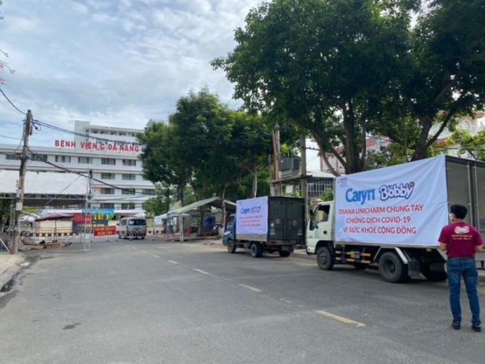 Đoàn xe hàng chi viện hàng trăm nghìn sản phẩm tã trẻ em, khăn ướt Bobby và tã giấy người lớn Caryn, Bobby tới các bệnh viện tại Hà Nội, TP HCM, Đà Nẵng năm 2020.