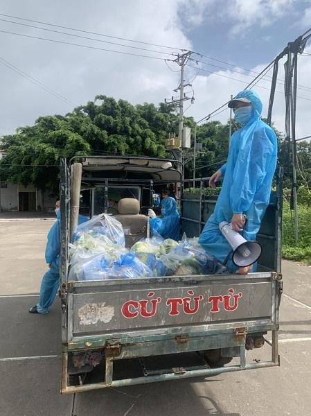Các tình nguyện viên ở Hùng Lãm 1, xã Hồng Thái, huyện Việt Yên đi giao nhu yếu phẩm đến từng nhà trọ cho công nhân. Ảnh: Thân Thị Hà.