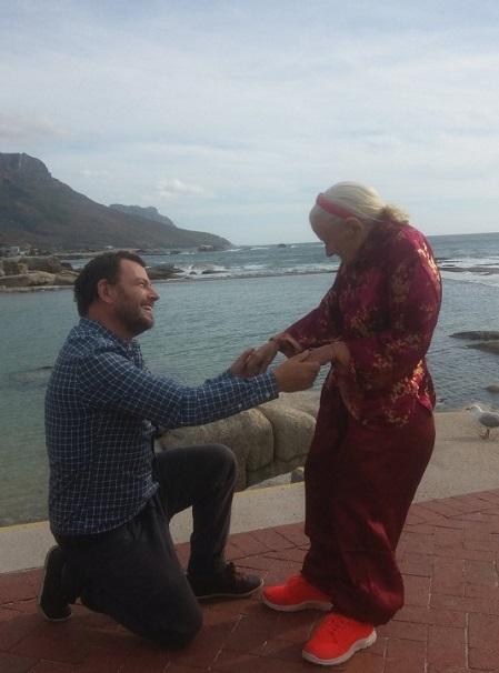 Sean và mẹ ở Cape Town trong ngày sinh nhật của bà. Ảnh: Sean OSallaigh/SWNS.COM.