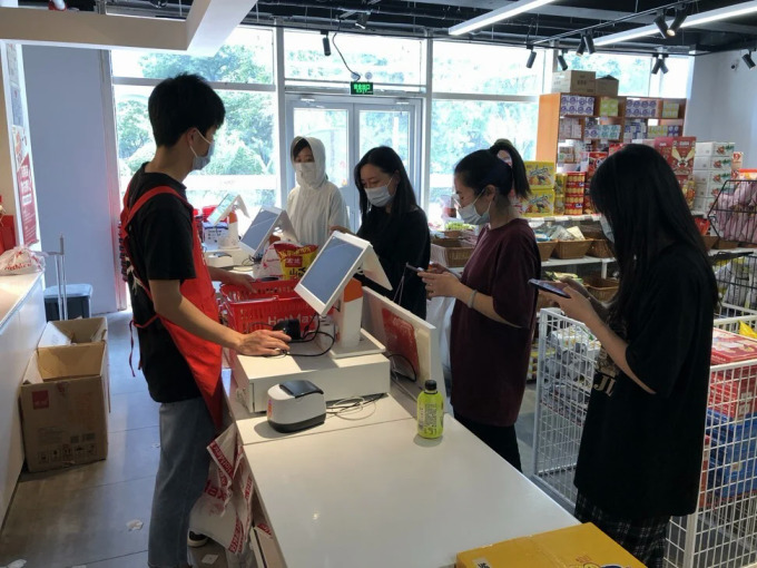 Khách hàng của những siêu thị bán đồ giảm giá, sắp hết hạn đa phần là người trẻ tuổi. Ảnh: SCMP.