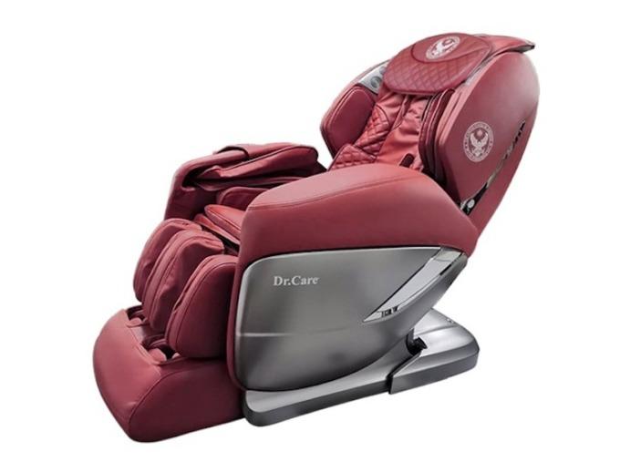 Ghế massage Dr.Care Xreal 955 cung cấp chế độ massage bốn chiều ngang, dọc, sâu và lơ lửng không trọng lực tiến về phía trước. Chức năng xông nóng toàn thân kết hợp xoa bóp tập trung vùng gáy cổ, có lợi cho việc lưu thông máu. Ghế có thể thực hiện các bài tập yoga, kéo giãn căng cơ toàn bộ cơ thể, cánh tay, gáy cổ và cột sống, đong đưa vùng mông đùi. Ghế tích hợp loa bluetooth, và có thể điều khiển các chế độ massage qua ứng dụng điện thoại, máy tính bảng.  Trọng lượng 118 kg, kích thước 184,5 x 77 x 84 cm. Thời gian bảo hành 5 năm với toàn bộ ghế và máy massage. Sản phẩm hiện có giá 109 triệu đồng, giảm 90 triệu đồng so với giá gốc.