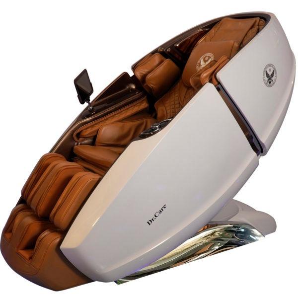 Ghế massage phi thuyền vũ trụ SS 919X có kích thước 172,5 x 94 x 114 (cm); đúc bằng sợi composite dẻo dai. Sơn 6 lớp, với 5 lớp sơn chính và một lớp sơn phủ bóng bảo vệ. Bên trong ghế trang bị 2 bộ máy massage 4DX2 - Dual Cores. 2 máy massage 4DX2 có tổng cộng là 8 tay đấm, tương đương với 4 người xoa bóp đấm lưng cùng lúc.  Sản phẩm trang bị loa nghe nhạc chính hãng Dr.Care của Mỹ; màn hình điều khiển cảm ứng 8 inch không dây; khay sạc nhanh iPhone, sạc không dây và núm vặn điều khiển một chạm... tiện lợi. Ghế đang giảm 46% còn 269 triệu đồng.
