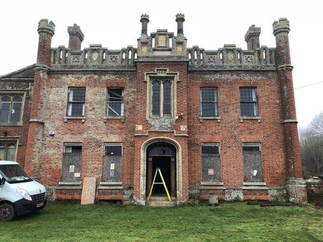 Biệt thự bỏ hoang nhiều năm trước khi được giải cứu. Ảnh: Mirror.