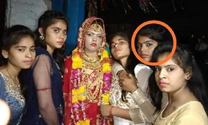 Surabhi chụp ảnh với các chị em trong ngày vui của mình, nhưng chỉ vài tiếng sau cô mất, buộc em gái (khoanh đỏ) phải cưới chú rể. Ảnh: Gulftoday.