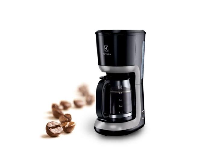 Máy pha cà phê Electrolux ECM3505 hiện có giá ưu đãi độc quyền trên Shop VnExpress, giảm 48% còn 440.000 đồng (giá gốc 850.000 đồng). Máy làm từ chất liệu nhựa, dung tích bình 1,5 lít, tương đương 12 cốc cà phê 125 ml. Phin lọc có thể tháo rời để vệ sinh. Công suất hoạt động 920-1.100 W. Máy có thể giữ ấm cà phê sau khi pha trong 120 phút.
