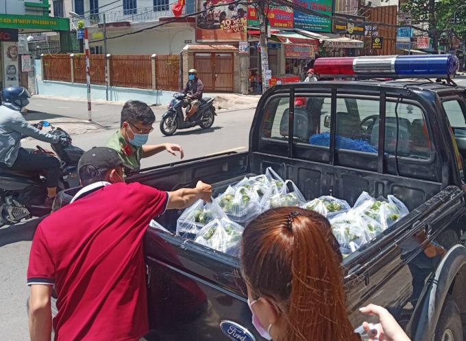 Những phần cơm được chuyển lên xe mang tặng những người làm nhiệm vụ ở các chốt cách ly. Ảnh: Yến Anh.